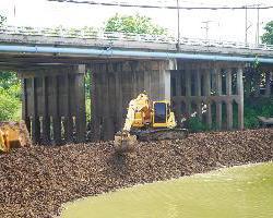 องค์การบริหารส่วนจังหวัดลพบุรี สนับสนุนเครื่องจักรในการช่วยทำคันดินกั้นน้ำในคลองเพื่อยกระดับน้ำให้ไหลเข้าท่อดูดการประปา…